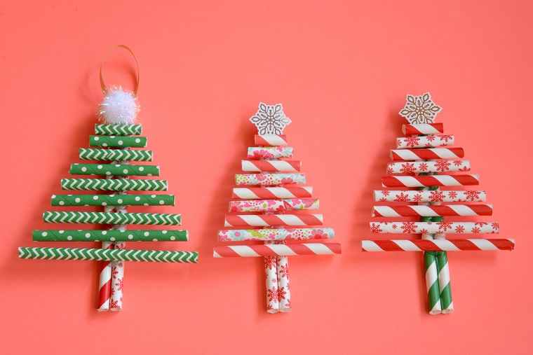 Tre lavoretti Natale fai da te, alberi con cannucce di carta colorata e decorazioni in cima