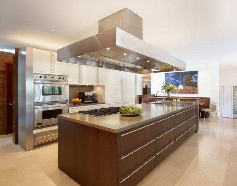 open space arredato con mobili per cucine classiche con una grande isola attrezzata con fuochi