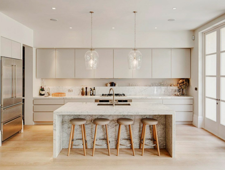 arredamento per cucine moderne bianche con isola centrale attrezzata con lavello