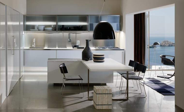 arredo per isola cucina in stile moderno con mobili laccati bianchi, lampadario e sedie neri