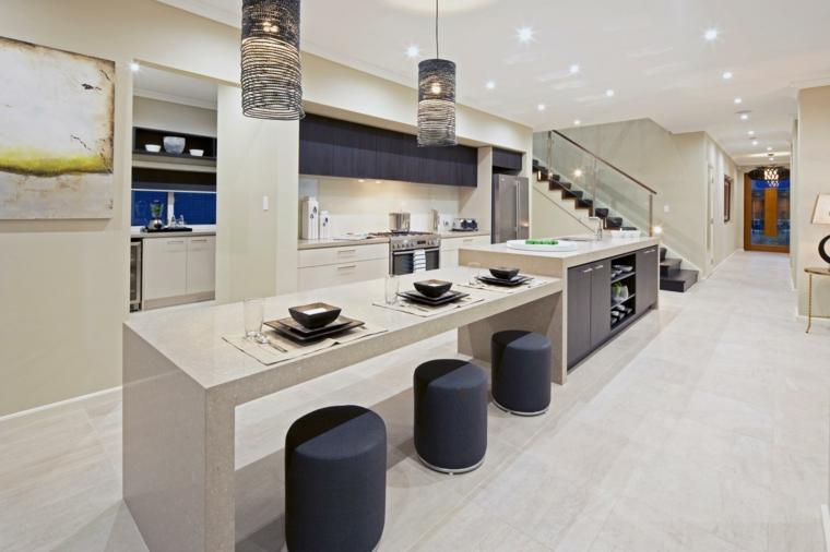 open space ampio e luminoso con cucine moderne con isola attrezzata a tavolo e zona cottura e stivaggio