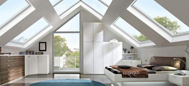 camera da letto con armadi bianchi e marroni, ampie finestre oblique, idea per mansarda arredata in stile moderno