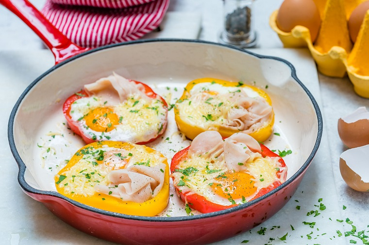 Idea per dei secondi piatti estivi con peperoni tagliati ad anelli, prosciutto e uova in padella