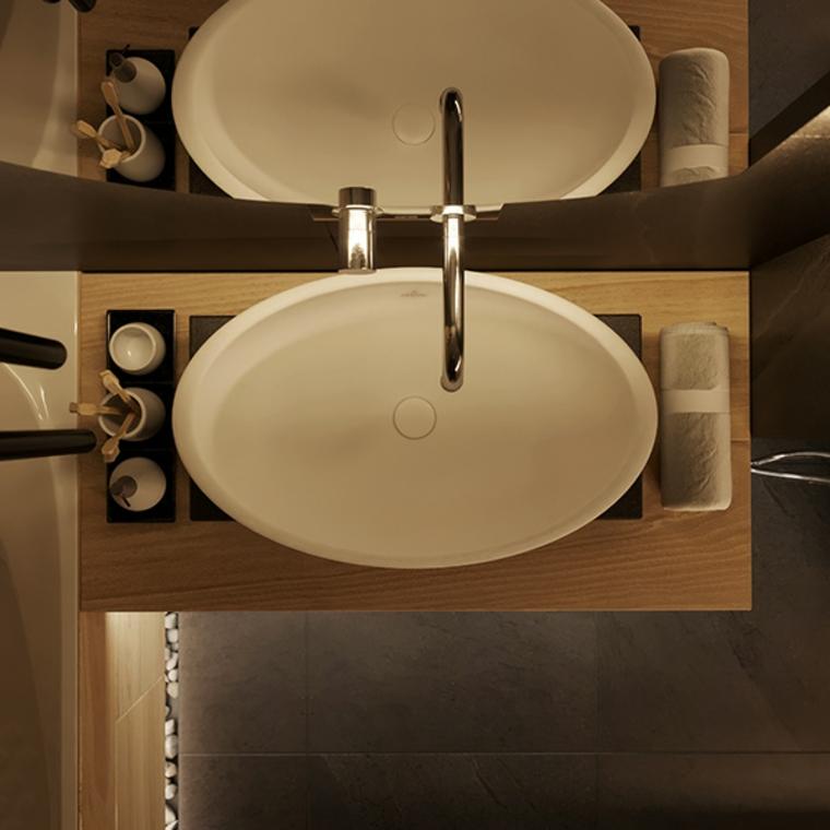 Rivestimento bagno moderno con piastrelle di colore nero, arredamento con mobile di legno e lavandino da appoggio