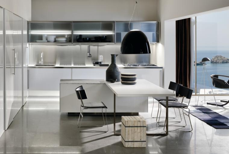 esempio di arredamento cucina moderna bianca con isola a l e dettagli neri come il lampadario e le sedie