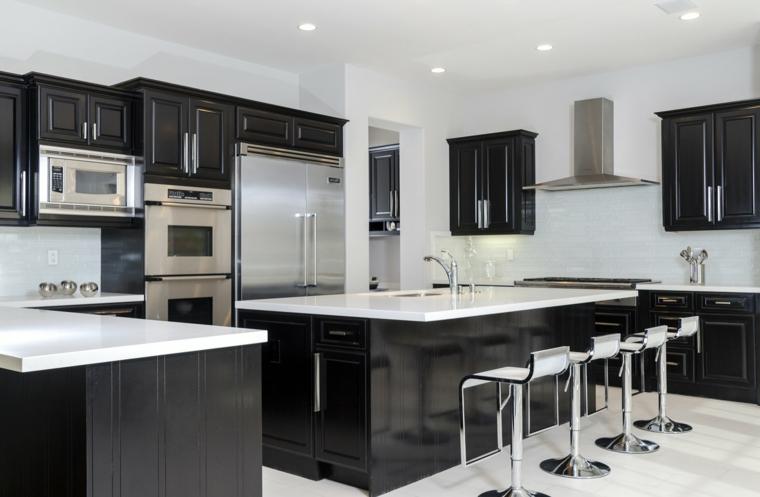 mobili neri con top bianco cucina open space con sgabelli in acciaio così come gli elettrodomestici