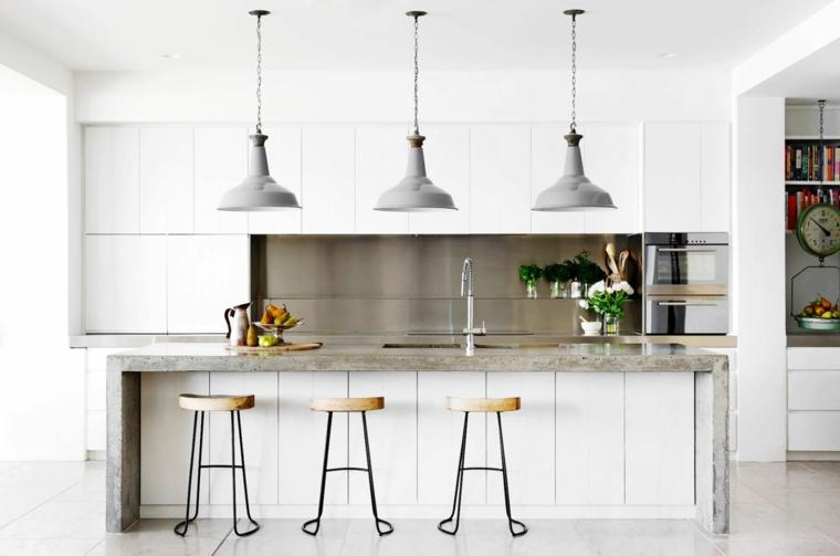 idea per arredamento cucina moderna bianca con isola con top di marmo grigio
