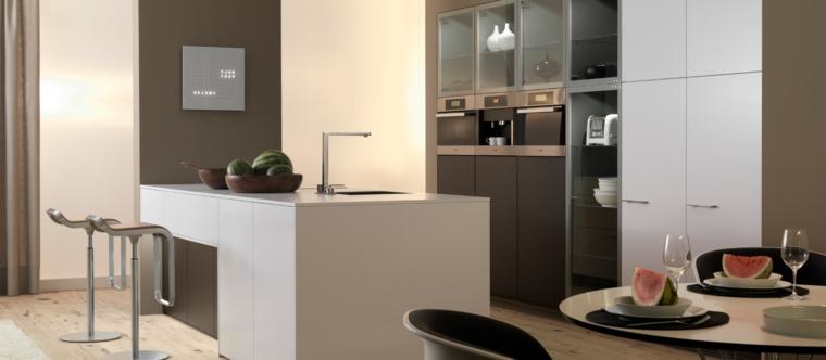 tecnologica soluzione, cucina moderne con penisola attrezzata con lavello e sgabeli