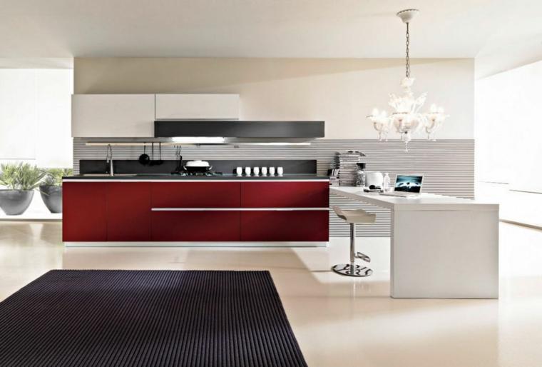 ampia cucina con penisola bianca adibita a tavolo con sgabelli, mobili bordeaux e tappeto nero