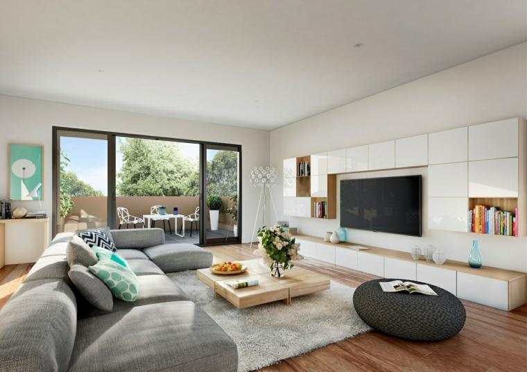Salotto con divano grigio e tavolino basso di legno, parete con mobili bianchi e lucidi