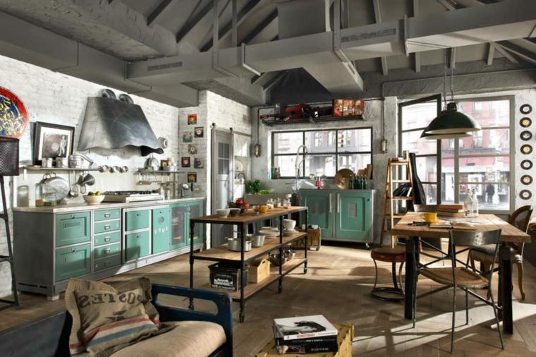 stile industriale con mobili cucina open space vintage, cappa in acciaio, tavolo in legno e grandi finestre