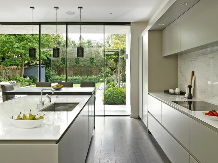 parete vetrata, lampadari a sospensione, immagini cucine moderne attrezzate con isola