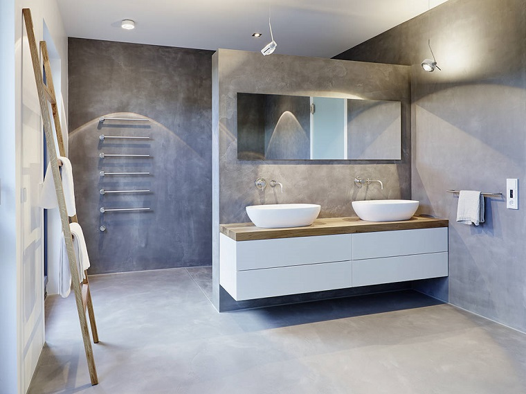 Come arredare un bagno con doccia separata da una parete, decorazione con una scala di legno