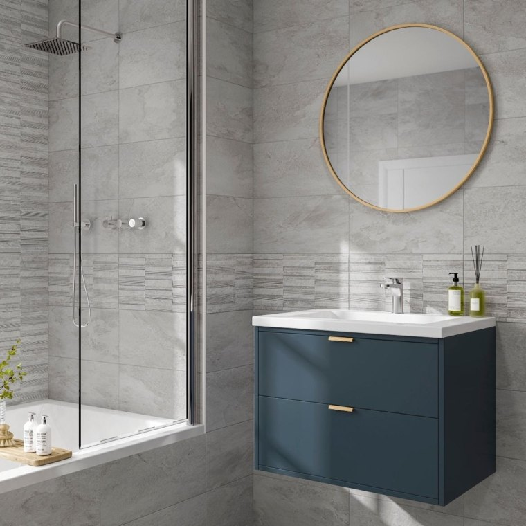 Piastrelle bagno moderno, box doccia con porta in vetro, mobile bagno sospeso con lavandino