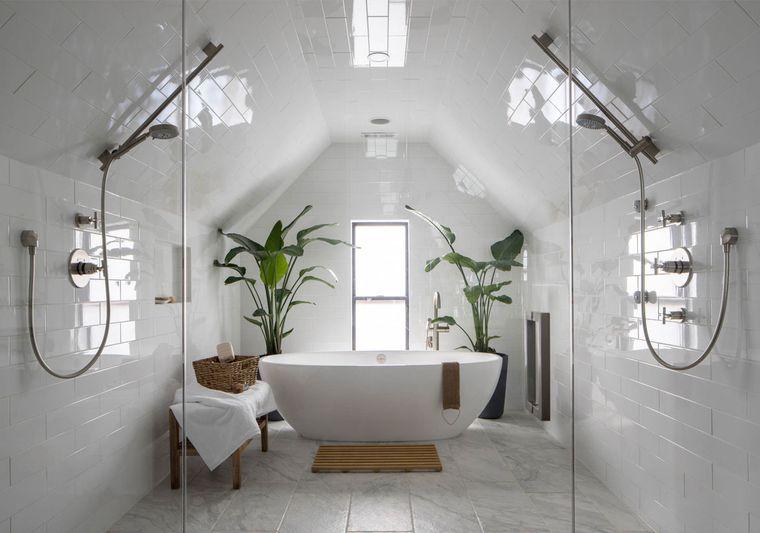 Rivestimenti bagni esempi, bagno con vasca freestanding e vasi di piante