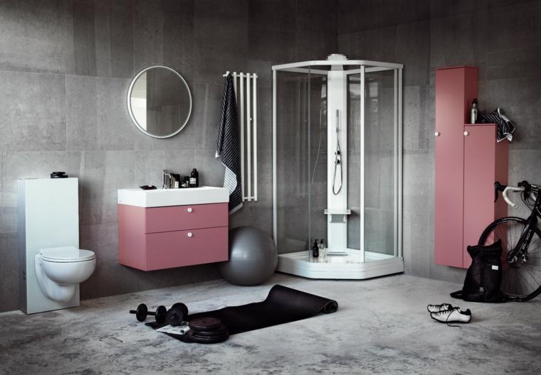 Bagno con piastrelle di colore grigio e mobili rosa, box doccia con profilo alluminio bianco