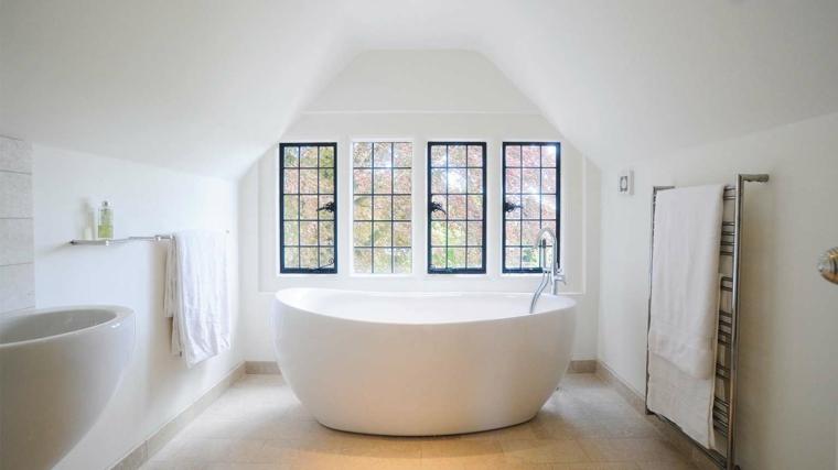 vasca da bagno free standing dal design tondo come il lavabo, idee per arredare mansarda moderna
