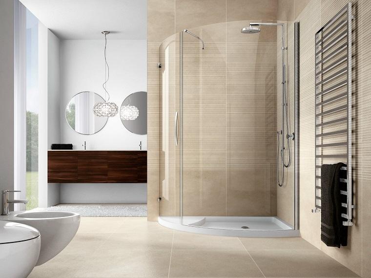 Arredare la sala da bagno con un mobile di legno e due lavabi da incasso, box doccia di vetro angolare