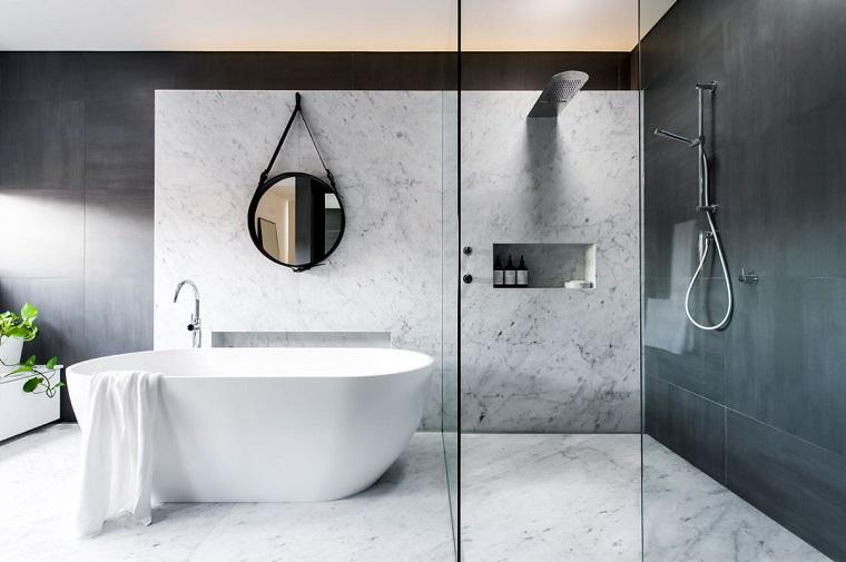 Rivestimento bagno moderno con parete di marmo, cabina doccia di vetro con soffione particolare