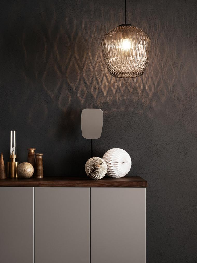 Mobile funzionale per arredare il bagno, decorazioni di metallo e una lampada sospesa