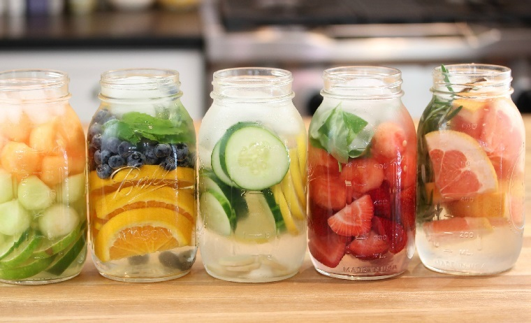 Bevande detox fai da te, barattoli di vetro con acqua aromatizzata alla frutta