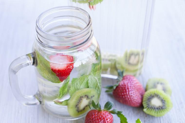 Ricette detox a base di acqua e frutta, bevanda alla fragola e kiwi con foglie di menta