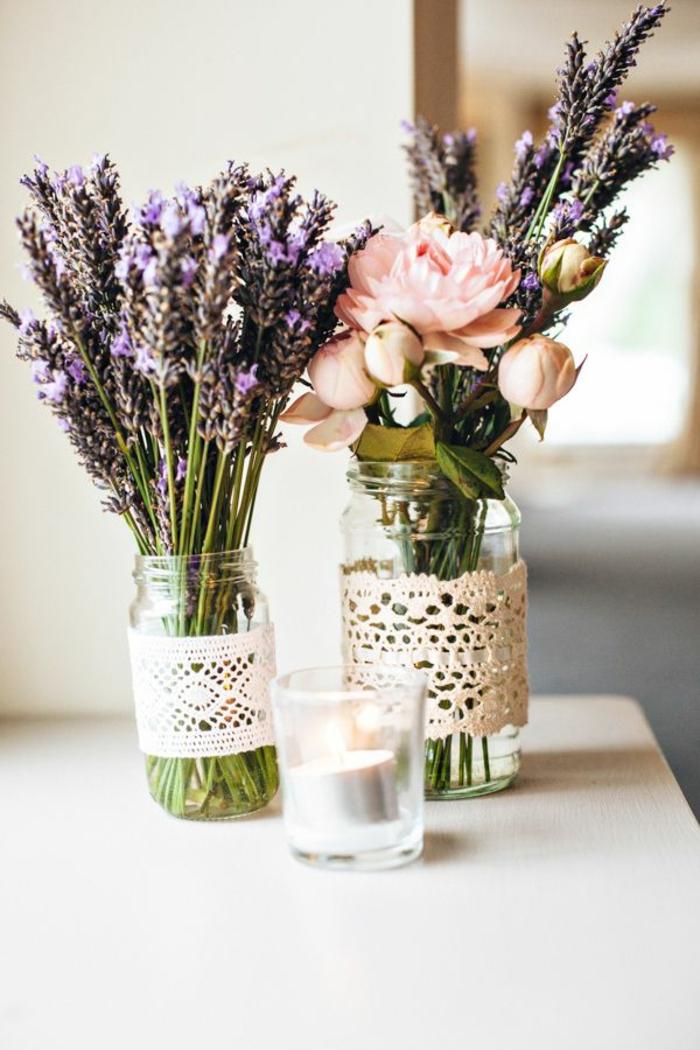 Tavole natalizie, centrotavola con fiori, fiori di lavanda, barattoli di vetro, barattoli con nastro in pizzo