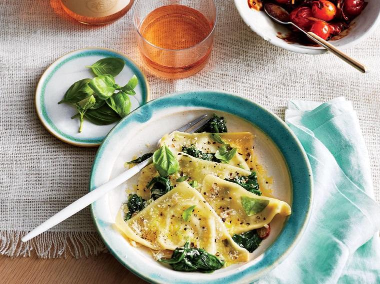 Idee cena veloce con dei ravioli con basilico e ricotta, insalata di pomodorini in marinata