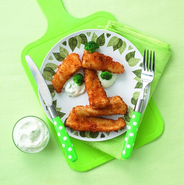 Ricette sfiziose con dei bastoncini di pesce e salsa di yougurt ed erbette, decorazione con pezzettini di broccoli