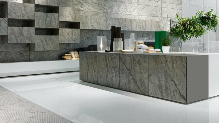 moderna ed originale cucina con pareti e isola realizzati in pietra, pavimento chiaro