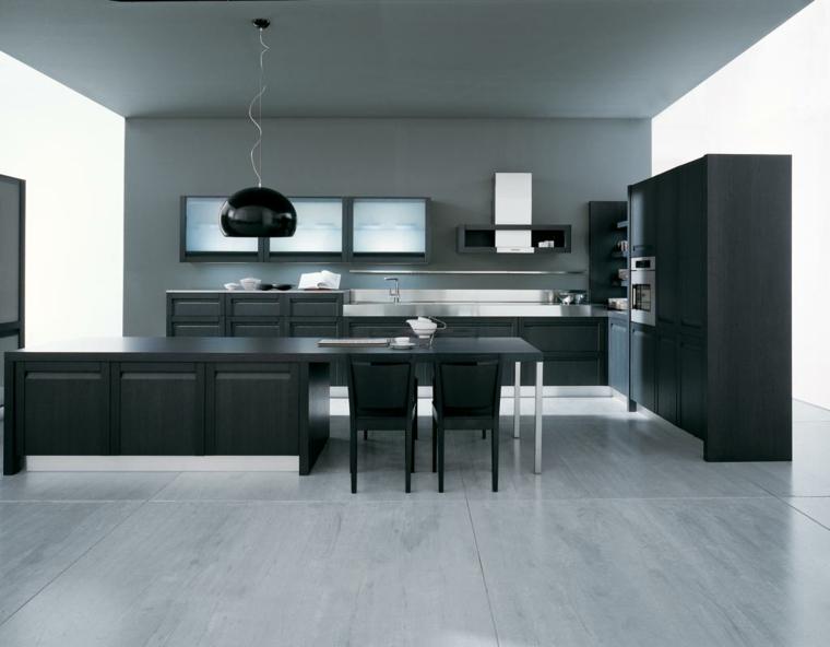 proposta per arredare cucine classiche moderne con mobili neri, penisola e lampadario a cupola nero