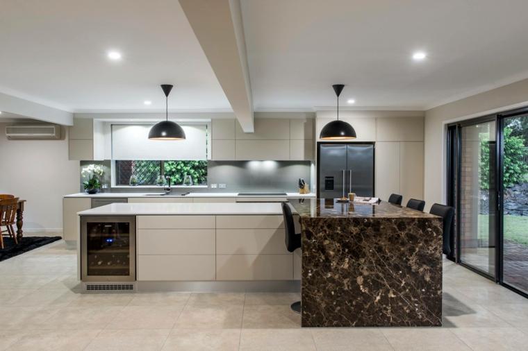 open space ampio e moderno con un arredamento per cucine classiche con una grande isola a l
