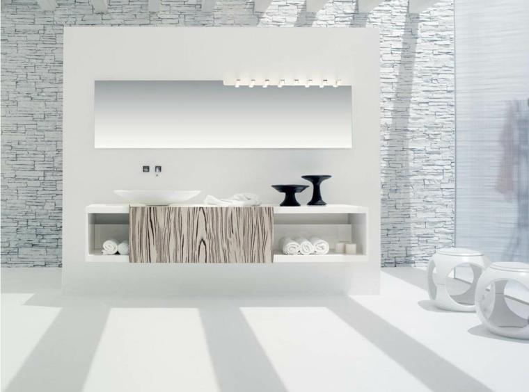 moderno locale bagno arredato interamente di bianco con alcuni elementi neri e mattoni bianchi