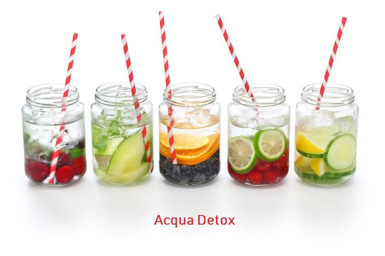 Acqua aromatizzata alla frutta servita in barattoli di vetro da consumare con cannucce