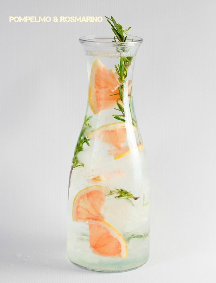 Acqua detox ricette, caraffa di vetro con una bevanda a base di pompelmo e rosmarino