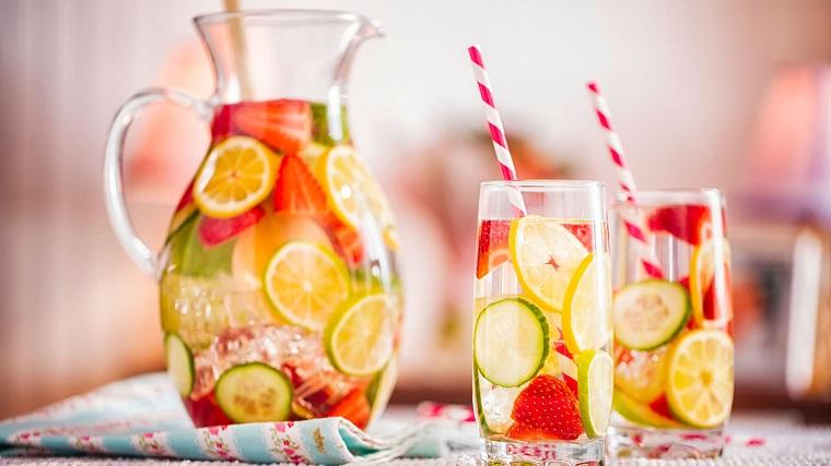 Due bicchieri di vetro con bevanda sgonfia pancia a base di fragole e limone