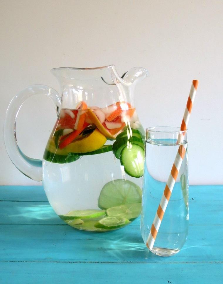 Ricette sgonfia pancia a base di acqua e frutta, da servire in un bicchiere di vetro con cannuccia