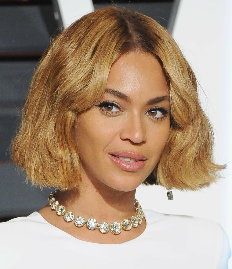 Taglio capelli corti per Beyonce e di colore biondo, acconciatura pari sulle lunghezze e frangia separata