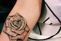 Tatuaggio rosa: 100 idee unisex, il significato e le ultime novità