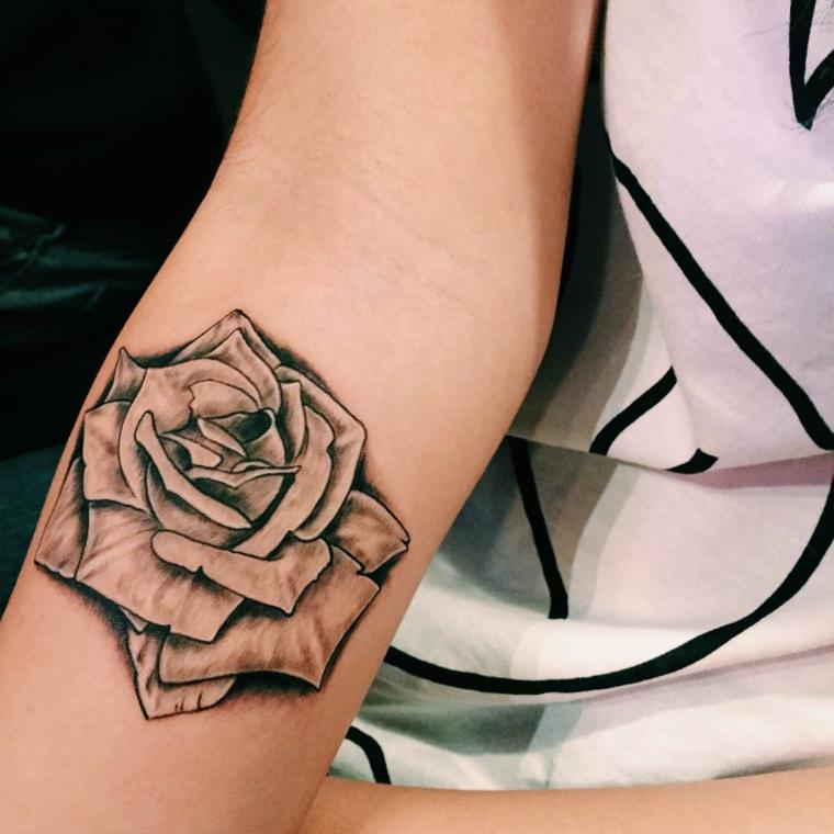 avambraccio tatuato con una rosa in bianco e nero, proposta per una ragazza, significato rosa tattoo