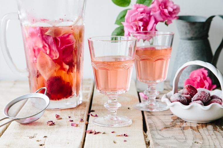 Abbinamento di una bevanda aromatizzata alla frutta e petali di rosa, acqua detox ricette