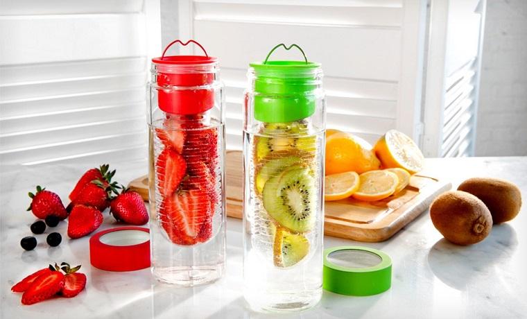 Acqua detox per dimagrire, borracce di vetro con tappi di plastica colorati