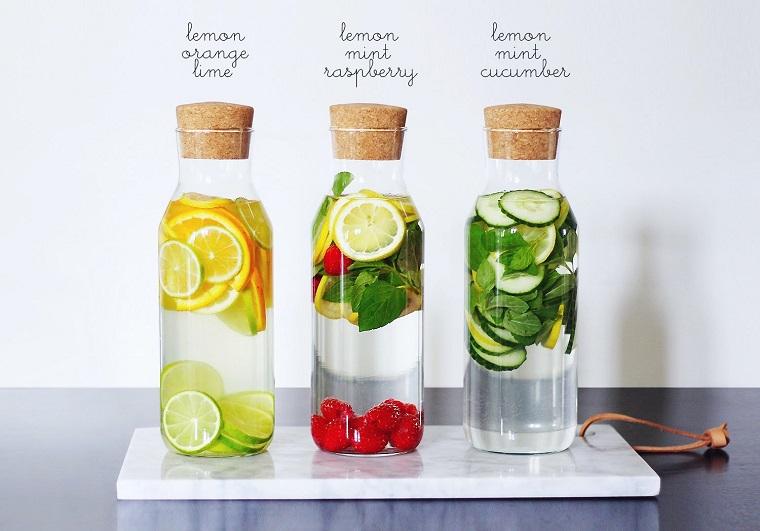 Acqua detox brucia grassi a base di frutta e spezie, servita in bottiglie di vetro con tappi di sughero