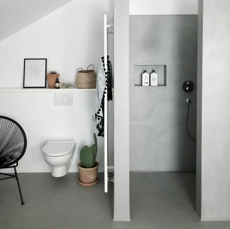 Bagno con pareti di colore grigio, box doccia separata con muro e nicchia