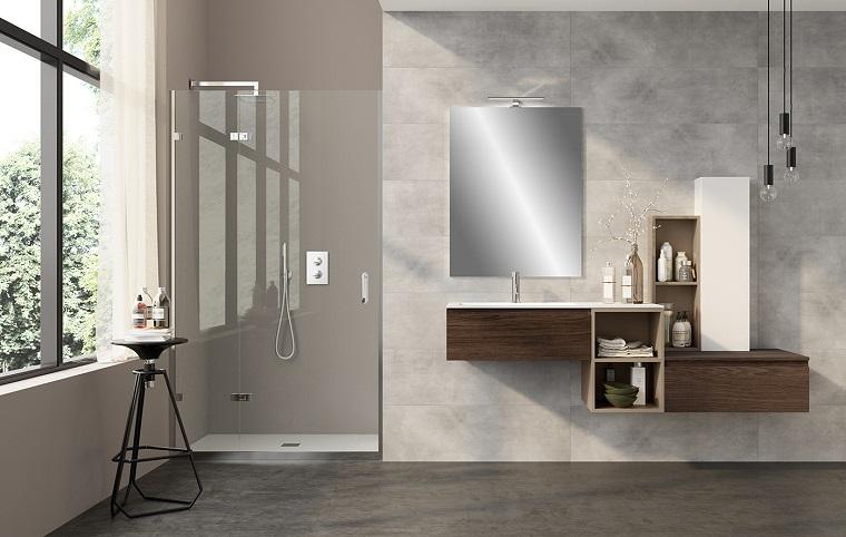 Sala da bagno con cabina doccia di vetro, mobile di legno con lavabo da incasso