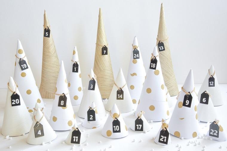 Idea lavoretti facili per Natale, calendario dell'avvento con coni di cartone e le date appese