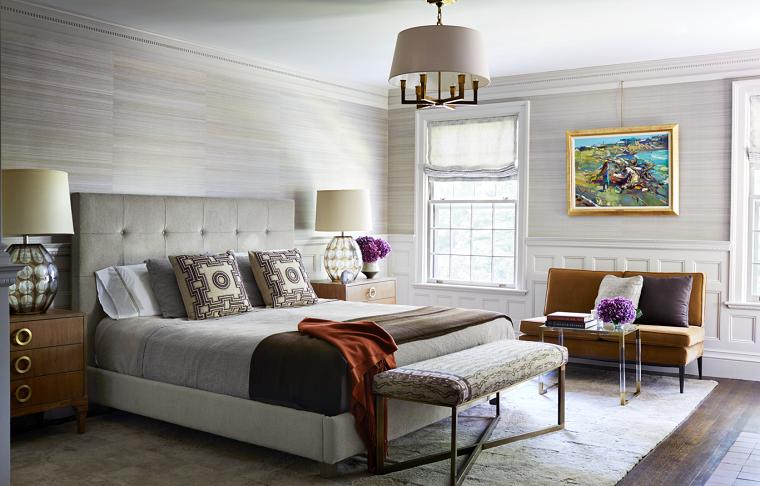 camera da letto con pavimento in legno pareti rivestite in pannelli finestre con tendine