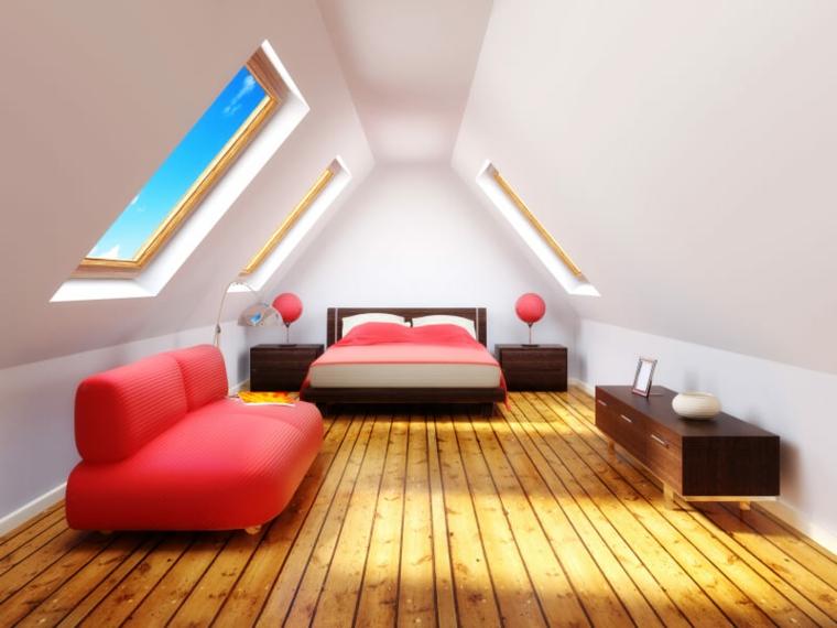 finestre oblique, pareti bianchi, divano rosso dal design moderno, camera da letto in una mansarda arredata
