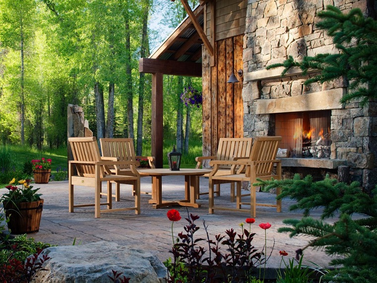 Alberi sempreverdi in un giardino con camino e arredamento con mobili in legno