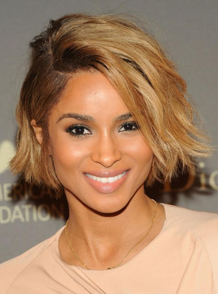 Idea per dei tagli capelli corti immagini di Ciara, colore capelli biondo miele con radici più scure